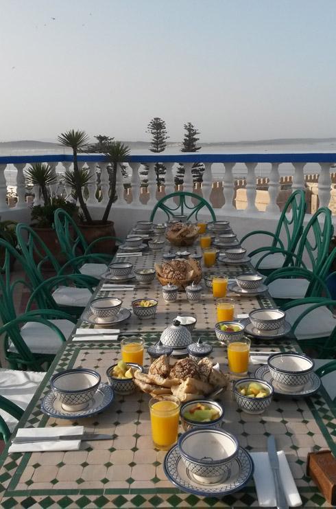 Frühstück mit Meerblick in der Villa Maroc