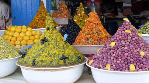 Datteln, Oliven, Orangen und feilschende Händler auf dem Souk
