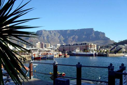 Blick auf den Tafelberg und die Waterfront in Kapstadt