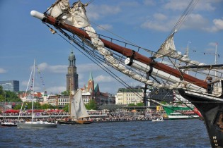 Zur Einlaufparade zum Hamburger Hafen