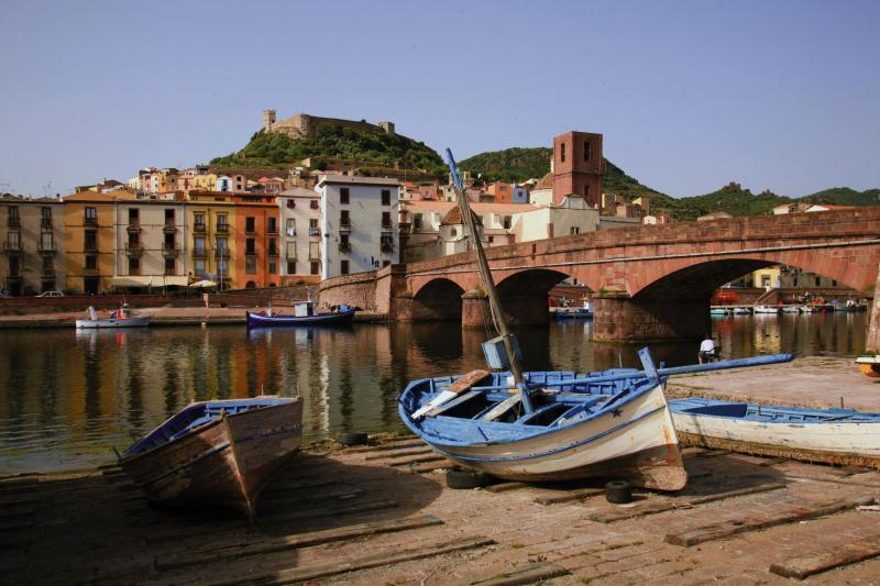 Sardinien Fluss und Fischerboot am Dorf