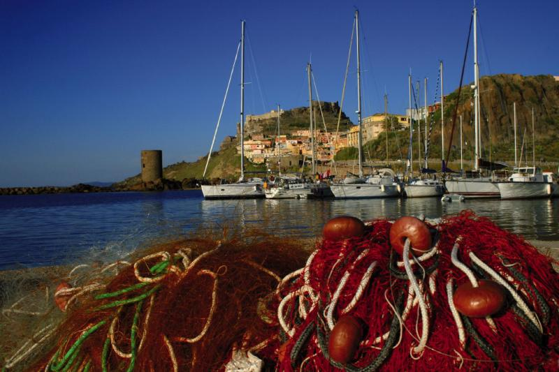 Sardinien Segelboot fischernetz