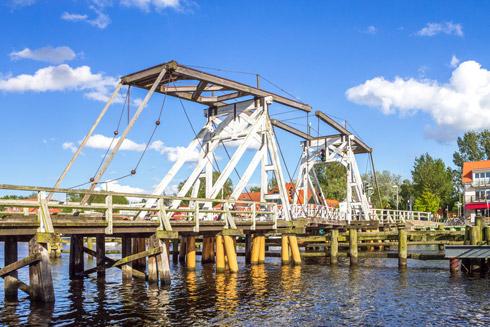 Mit ihren 130 Jahren immer noch ein beeindruckendes Bauwerk: Die Wiecker Klappbrücke!