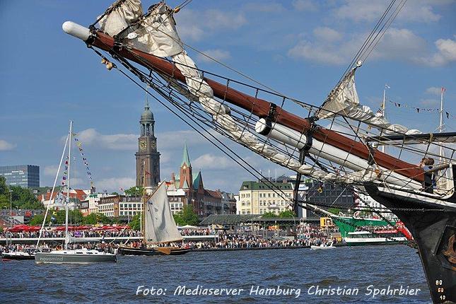 Ab Hamburg auf der Elbe nach Cuxhaven